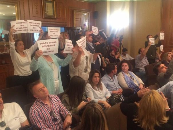 Parte del público mostró pancartas a favor de Despertar Sin Violencia durante el pleno. FOTO// M.C