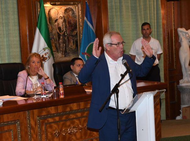 El teniente de alcalde de San Pedro Alcántara, Rafael Piña, durante su intervención en el pleno de este viernes. FOTO/ MC