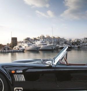 Un vehículo de alta gama, estacionado en Puerto Banús. FOTO// E.P