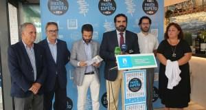 El concejal delegado de Playas, Manuel Cardeña, junto al diputado provincial Jacobo Florido (tercero izqda) este viernes durante la presentación. FOTO/ Ayto de Marbella