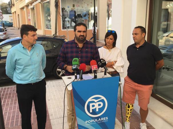 El secretario general del PP, Manuel Cardeña, junto a la vicesecretaria de la formación, Begoña Rueda, y los concejales Cristóbal Garre y Javier Mérida. FOTO// M.C