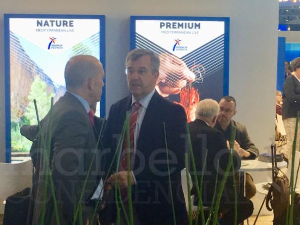 Imagen del encuentro entre el concejal de Hacienda y Patrimonio de Marbella, Manuel Osorio (OSP) y el alcalde de Estepona, del PP, José María García Urbano (drcha) durante la World Travel de Londres. FOTO EXCLUSIVA.