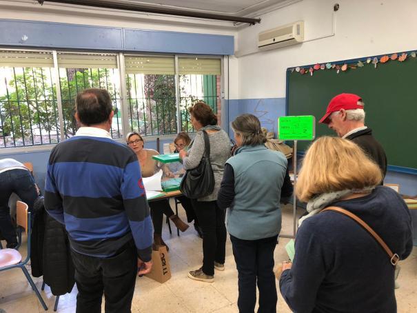 Votantes de Marbella hacen cola en un colegio electoral de la barriada de Plaza de Toros el 2 de diciembre. FOTO/ SUSANA MARTÍN