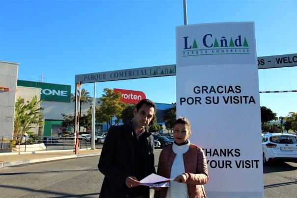 Los concejales de IU en el Ayuntamiento de Marbella Victoria Morales y Miguel Díaz este lunes a las puertas de La Cañada. FOTO/ IU