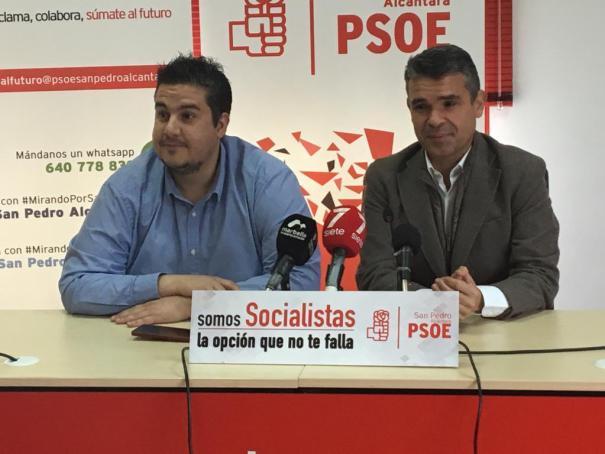 Los concejales socialistas José Bernal (dcha.) y Manuel García, durante su comparecencia de este martes. FOTO// M.C