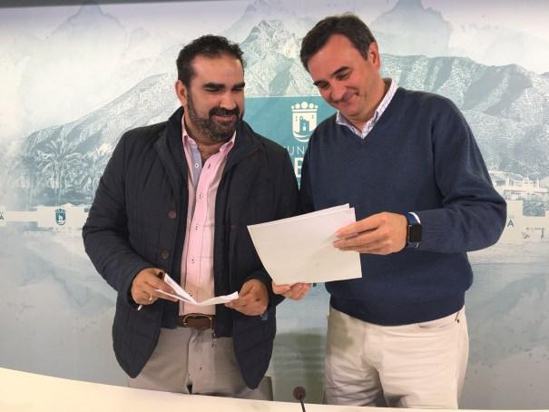 El portavoz municipal, Félix Romero, junto al concejal de Medio Ambiente, Manuel Cardeña, tras su comparecencia de prensa. FOTO// M.C