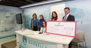 Imagen de la entrega del cheque con Sarah Almagro sentada este jueves en el Ayuntamiento de Marbella. FOTO/ marbella.es