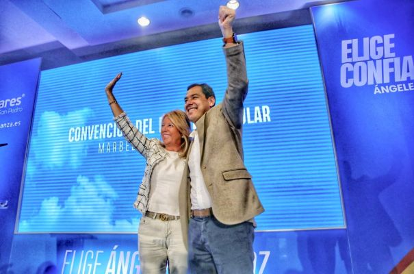 El presidente de la Junta de Andalucía, Juanma Moreno, junto a la entonces candidata a la Alcaldía de Marbella del PP, Ángeles Muñoz, en la clausura de la convención local de esta formación., en marzo pasado. FOTO/ Twitter @Juanma_Moreno