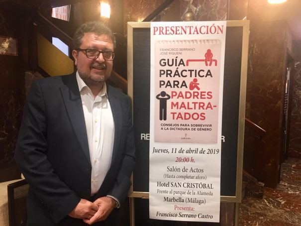 El juez Francisco Serrano, portavoz de Vox en el Parlamento Andaluz, este jueves en Marbella poco antes de presentar su libro. FOTO/ CABANILLAS