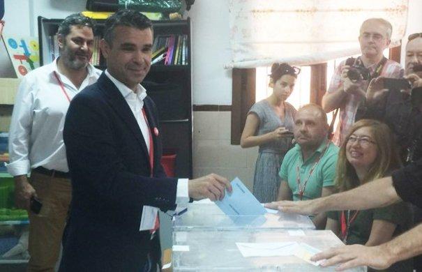 El candidato del PP a la Alcaldía de Marbella, José Bernal, en el momento de votar este domingo. FOTO/ CABANILLAS