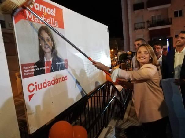 La candidata a la Alcaldía de Marbella por Ciudadanos, María García, en el arranque de la campaña electoral del pasado 10 de mayo, durante la pegada de carteles en San Pedro Alcántara. FOTO/ Ciudadanos