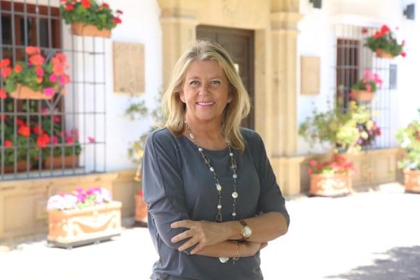 La alcaldesa de Marbella en funciones, Ángeles Muñoz, junto a la entrada del Ayuntamiento. FOTO/ Ayto de Marbella