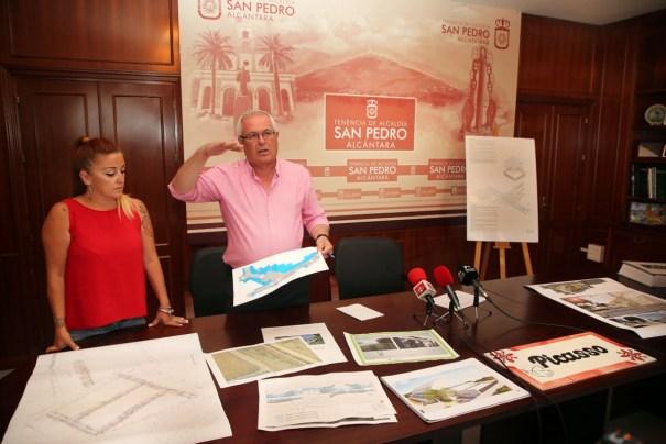 El teniente de alcalde de San Pedro en funciones, Rafael Piña, este viernes en rueda de prensa junto a la directora general de Cultura en San Pedro, Gema Midón. FOTO/ marbella.es