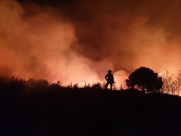 Imagen de las labores de extinción del incendio de Estepona. FOTO/ INFOCA