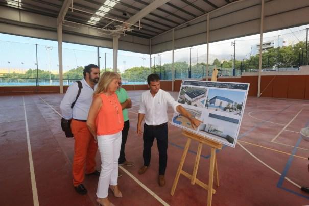 La alcaldesa de Marbella, Ángeles Muñoz, junto a los concejales Diego López (Obras) y Manuel Cardeña (Deportes) este miércoles durante su visita al Serrano Lima. FOTO/ Ayto de Marbella