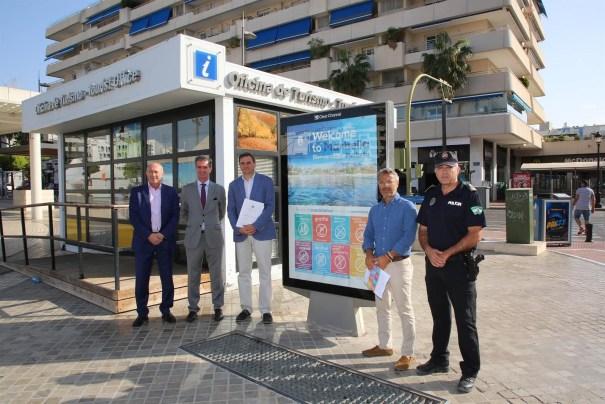 Representantes empresariales turísticos, municipales y de la Policía Local de Marbella este miércoles en Puerto Banús. FOTO/ Ayto de Marbella