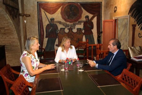 La alcaldesa de Marbella, Ángeles Muñoz, junto a la edil de Urbanismo, Kika Caracuel, reunidas este lunes con el decano del Colegio de Abogados de Málaga, Francisco Javier Lara. FOTO/ Ayto de Marbella
