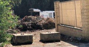 Imagen aportada a la Fiscalía en marzo de 2019 en la que se puede ver un vehículo municipal descargando residuos en luna parcela de Camino de las Medranas en San Pedro Alcántara (Marbella)