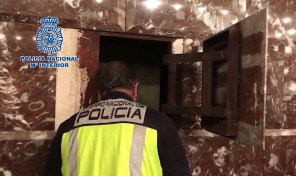 Imagen de una caja fuerte abierta por la Policía Nacional durante los registros llevados a cabo entre Estepona y Marbella. FOTO/ CNP