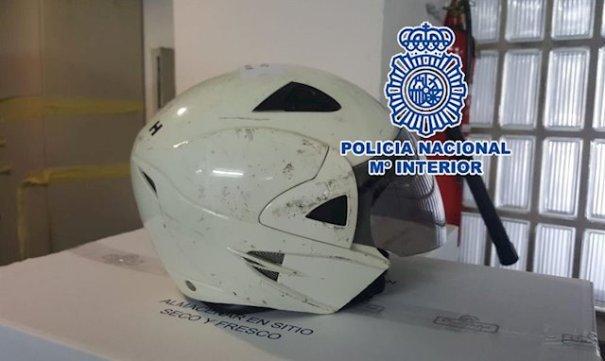 Imagen del casco del detenido que usó para golpear al comerciante