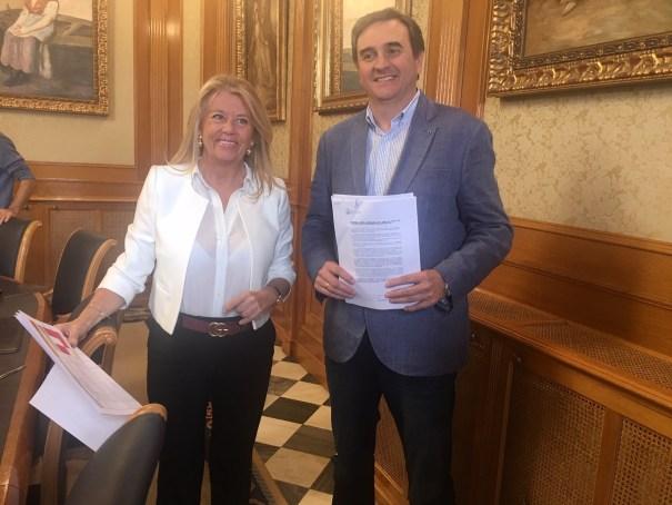 La alcaldesa de Marbella, Ángeles Muñoz, junto al delegado de Hacienda, Félix Romero, este jueves en rueda de prensa. FOTO/ CABANILLAS