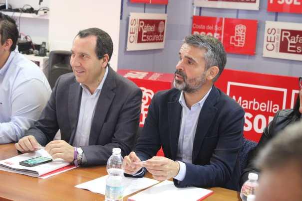 El secretario general del PSOE de Málaga, José Luis Ruiz Espejo (primero izqda) junto al presidente provincial y portavoz en Marbella, José Bernal, este martes en rueda de prensa. FOTO/ PSOE