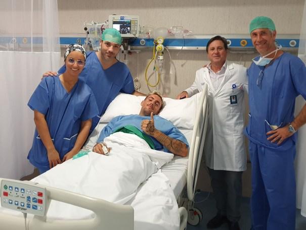 El jugador Samu Delgado tras la intervención junto al equipo médico y el director de Hospital Ochoa, Pedro Serrano, este martes. FOTO/ Hospital Ochoa