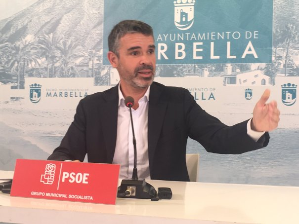 El portavoz municipal del PSOE de Marbella, José Bernal, este viernes en rueda de prensa. FOTO/ CABANILLAS