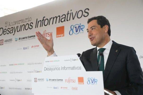 El presidente de la Junta, Juanma Moreno, durante su discurso en el desayuno de Europa Press Andalucía celebrado este lunes en Abades Triana (Sevilla). FOTO/ EP
