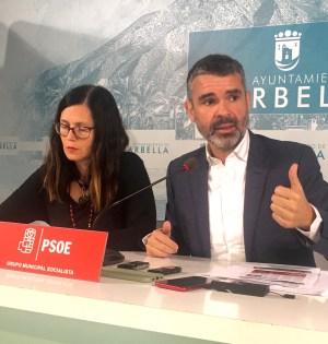 El portavoz municipal del PSOE de Marbella, José Bernal, junto a la también edil socialista Isabel Pérez, exdelegada de Urbanismo, en imagen reciente. FOTO/ CABANILLAS