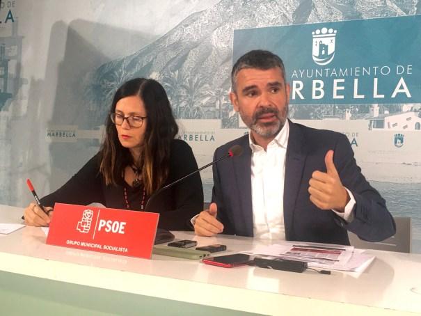 El portavoz municipal del PSOE de Marbella, José Bernal, junto a la también edil socialista Isabel Pérez, exdelegada de Urbanismo, este miércoles en rueda de prensa. FOTO/ CABANILLAS