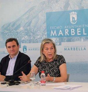 La delegada de Urbanismo de Marbella, Kika Caracuel, en rueda de prensa junto al primer teniente de alcalde y portavoz del PP, Félix Romero en imagen de archivo. FOTO/ Ayto de Marbella