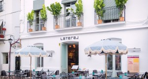 Imagen de la fachada del restaurante Lateral de Marbella, en la plaza de Los Naranjos. FOTO/ MC