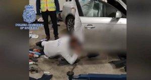 Imagen de la inspección ocular que llevó a cabo la Policía en el vehículo del presunto autor del crimen. FOTO/ CNP