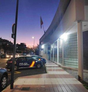Imagen nocturna de la Comisaría de Marbella. FOTO/ CNP