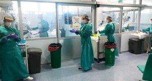 Personal sanitario con trajes especiales para combatir el coronavirus. FOTO/ Junta de Andalucía
