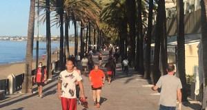 Imagen de paseantes y corredores sobre las 9 de la mañana de este sábado en el paseo marítimo de Marbella. FOTO/ CABANILLAS