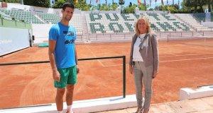 La alcaldesa de Marbella, Ángeles Muñoz, junto al tenista Novak Djokovic este martes en Puente Romano. FOTO/ Ayto de Marbella