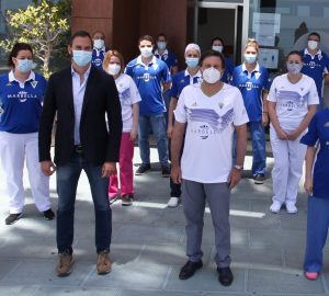 El director del Hospital Ochoa, Pedro Serrano (camiseta blanca) junto al director general del Marbella F.C., Héctor Morales, este viernes. FOTO/ Hospital Ochoa