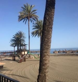 Imagen de una playa cerrada durante el estado de alarma en Marbella. FOTO/ MC