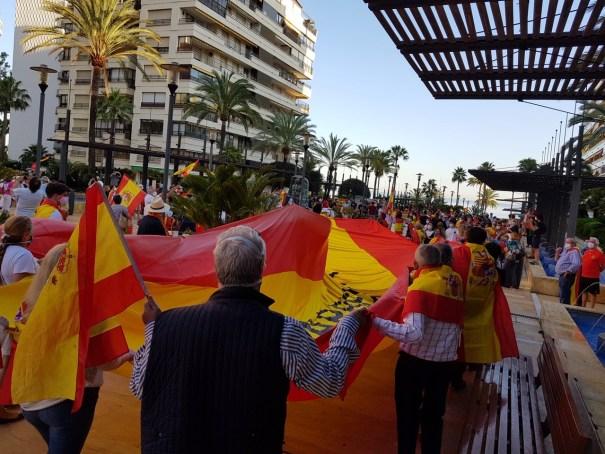 Imagen de los concentrados este miércoles en la Avenida del Mar, antes de bajar al paseo marítimo de Marbella. FOTO/ CABANILLAS