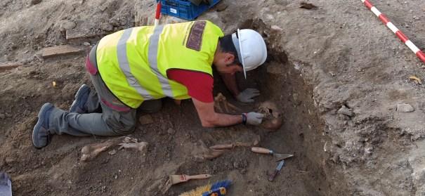 Imagen de los arqueólogos trabajando en los enterramientos hallados en el edificio de La Fonda en Marbella. FOTO/ cedida por la propiedad