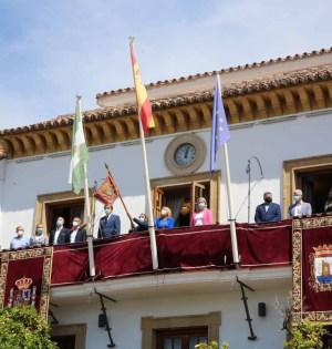 Imagen de la colocación del Pendón de la ciudad en el balcón del Ayuntamiento de Marbella este miércoles. FOTO/ Ayto de Marbella