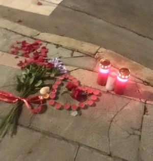 Velas y flores depositadas en el lugar exacto donde fue asesinado Milos Perunicic en Marbella. FOTO/ CABANILLAS