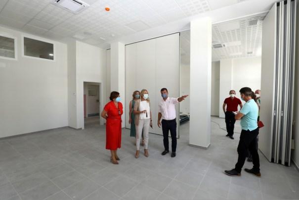 La alcaldesa de Marbella, Ángeles Muñoz, atiende las indicaciones del concejal de Obras, Diego López, este martes al visitar la nueva Escuela Oficial de Idiomas. FOTO/ Ayto de Marbella