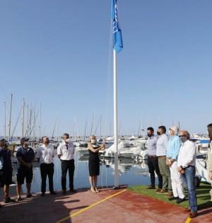 La alcaldesa de Marbella, Ángeles Muñoz, en el momento de izar la bandera azul en el Puerto Deportivo de Marbella este martes. FOTO/ Ayto de Marbella