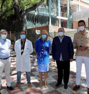 La alcaldesa de Marbella, Ángeles Muñoz, junto al teniente de alcalde de San Pedro, Javier García, y distintos responsables sanitarios este viernes frente a las obras del centro de salud de San Pedro. FOTO/ Ayto de Marbella