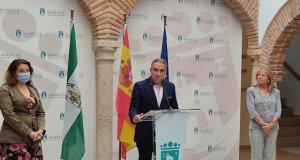 De izqda a drcha Carmen Crespo, Elías Bendodo y Ángeles Muñoz este sábado durante su comparecencia. FOTO/ Junta de Andalucía