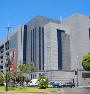 Una de las fachadas de El Corte Inglés de Puerto Banús.