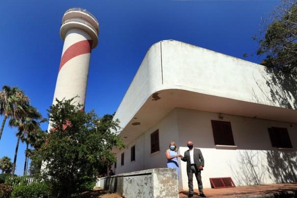 La alcaldesa de Marbella, Ángeles Muñoz y el presidente de la Autoridad Portuaria, Carlos Rubio, este miércoles al hacer oficial la entrega de los inmuebles. FOTO/ Ayto